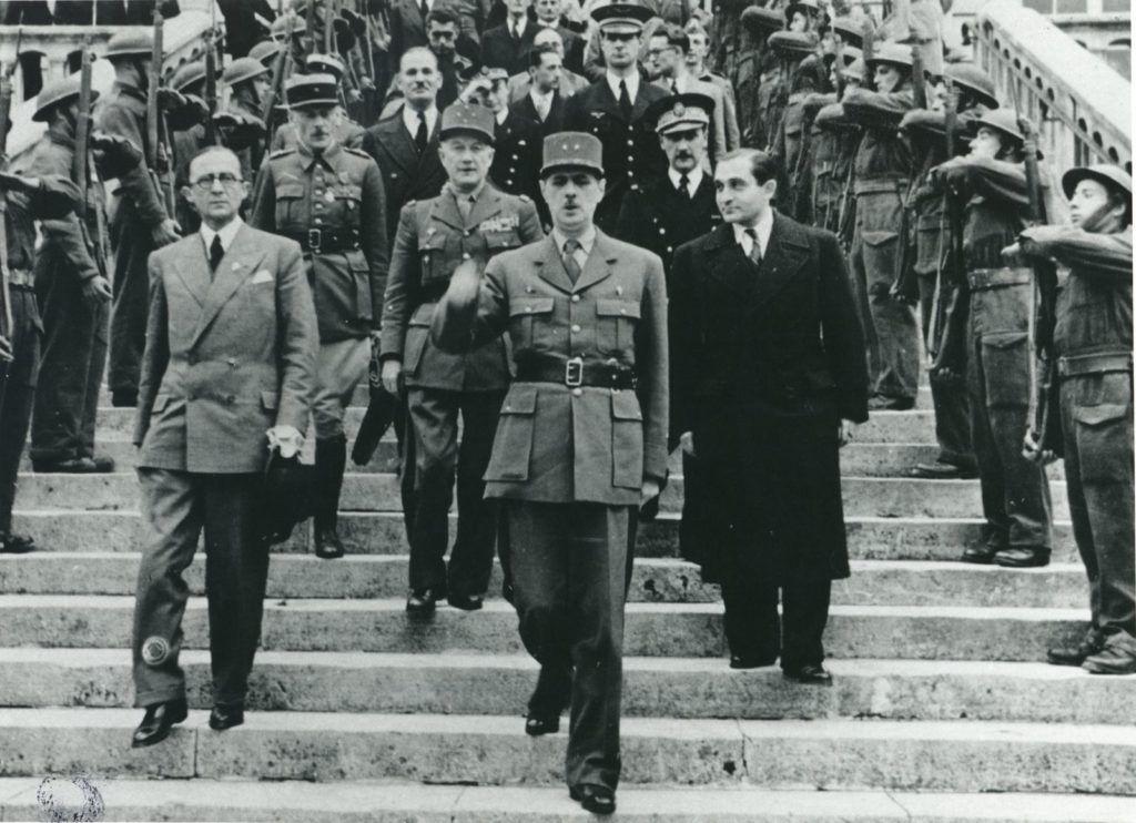 Charles de Gaulle descendant les marches de la mairie d'Évreux