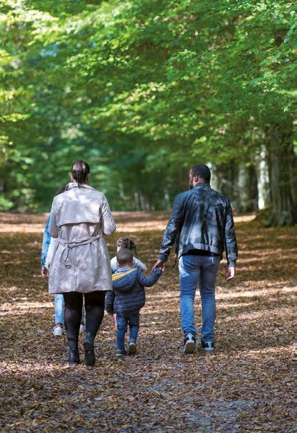 Photo famille se promenant dans la forêt de Trangis