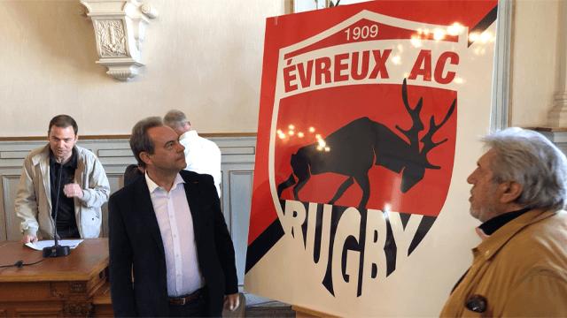 Guy Lefrand et Jean-Pierre Castaldi devant le nouveau logo EAC Rugdy