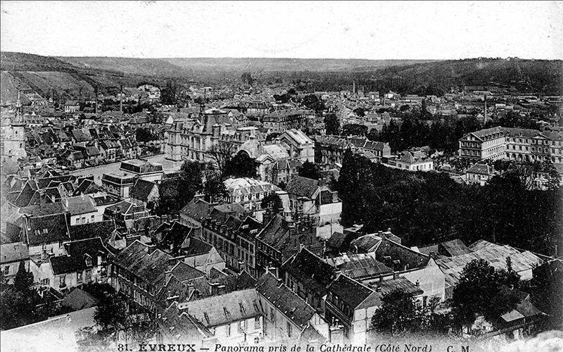 Vue du centre ville, prise depuis la Cathédrale. On aperçoit l'Hôtel de Ville, le Théâtre, l'ancien Musée (actuelle Maison des Arts), la maison dite du Grand Veneur, l'Hôpital, le Pavillon fleuri. 1910