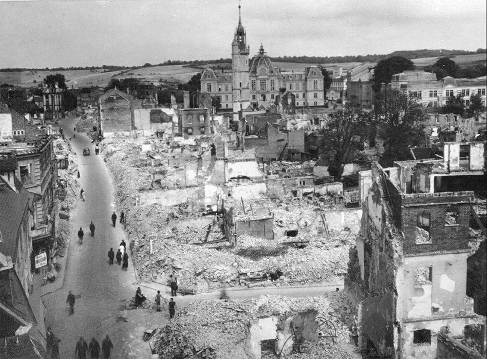 Rue du Dr Oursel et la place du Grand-Carrefour, après les bombardements de 1940
