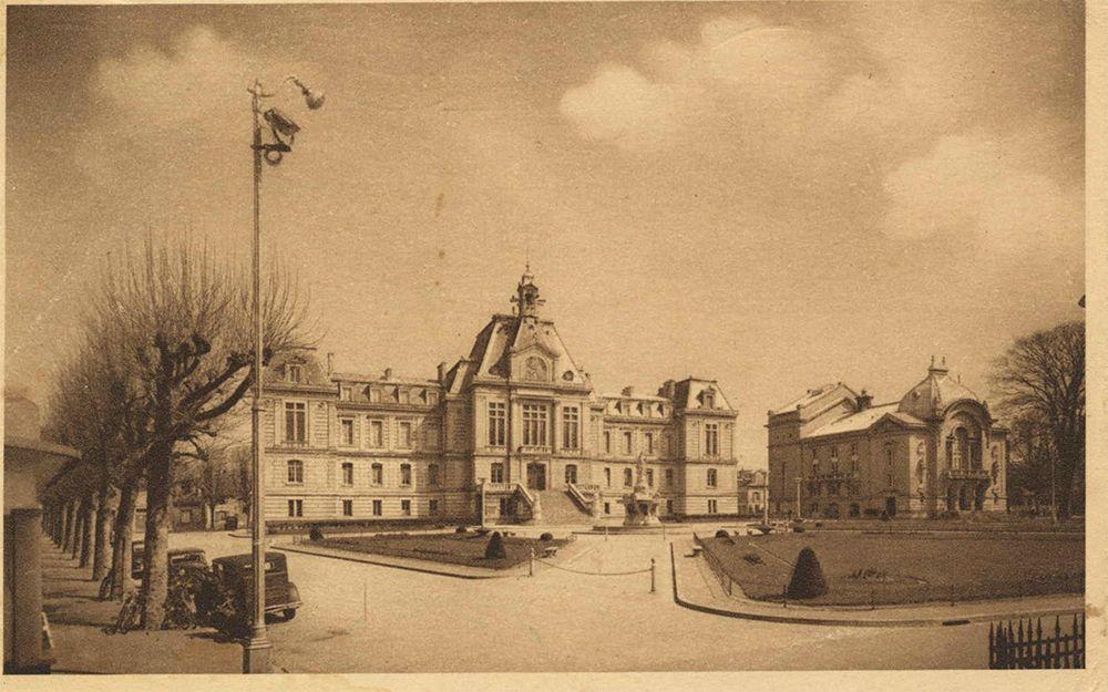 Vue prise depuis Saint-Michel, au-dessus de la rue Saint-Sauveur, avec le quartier Tilly au premier plan l'Hôtel de Ville, le Théâtre et la Cathédrale à l'arrière-plan. 1912.jpg
