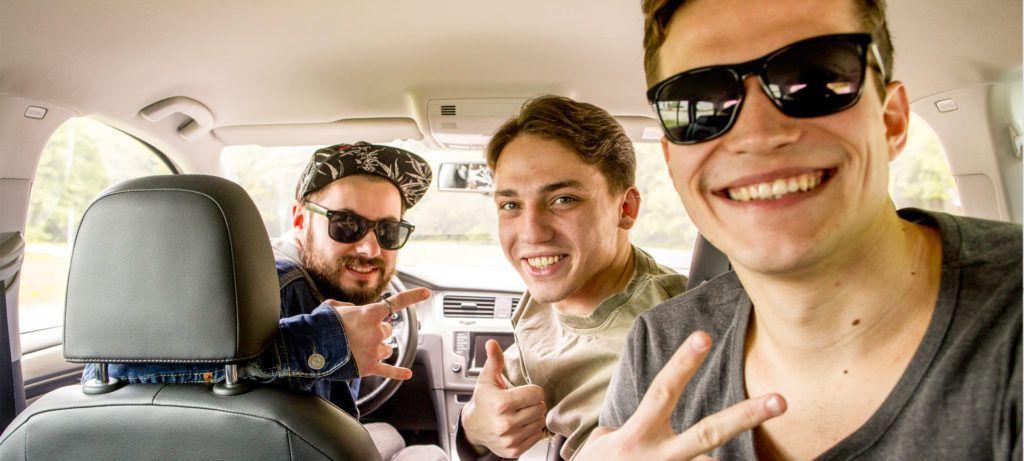 Jeunes heureux en voiture