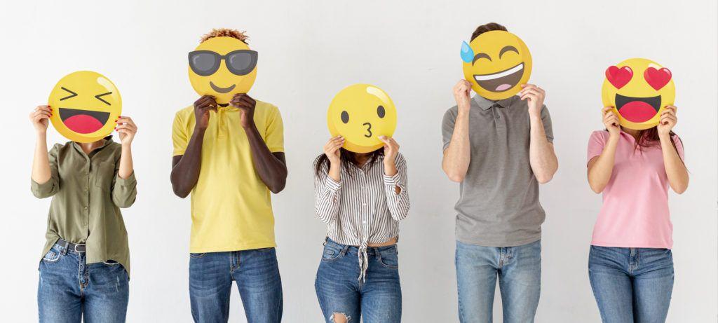 jeunes avec têtes derrières emoji