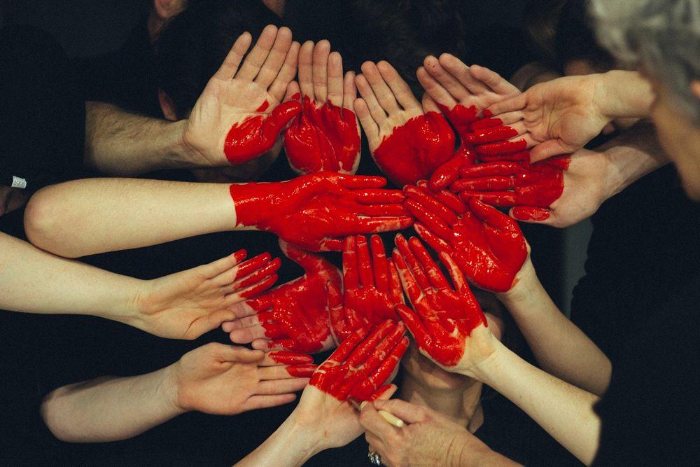 coeur peint sur des mains