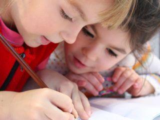 2 filles écrivent sur un cahier