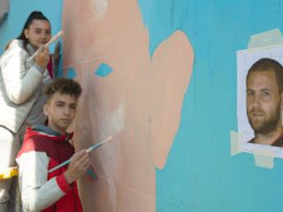 Des jeunes réalisent la fresque