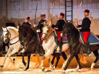 3 cavaliers en tenue de garde avec arc
