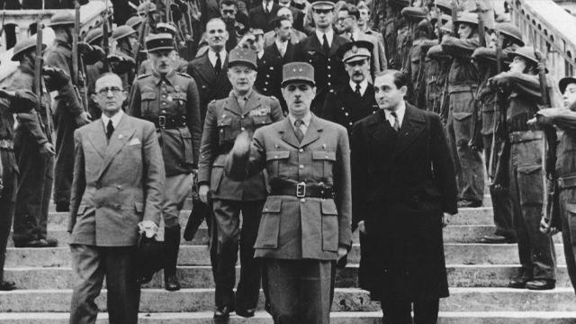 De Gaulle sur les marches de l'hôtel de ville en 1944