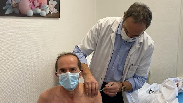 Guy Lefrand vaccine une sapeur pompier