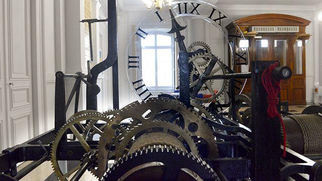 Ancienne horloge du Beffroi visible dans l'Hôtel de ville
