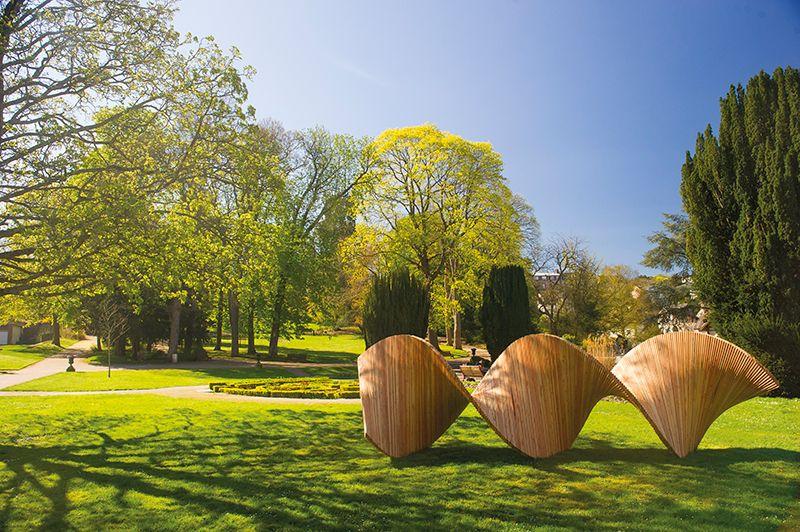 Sculpture en bois dans le jardin botanique