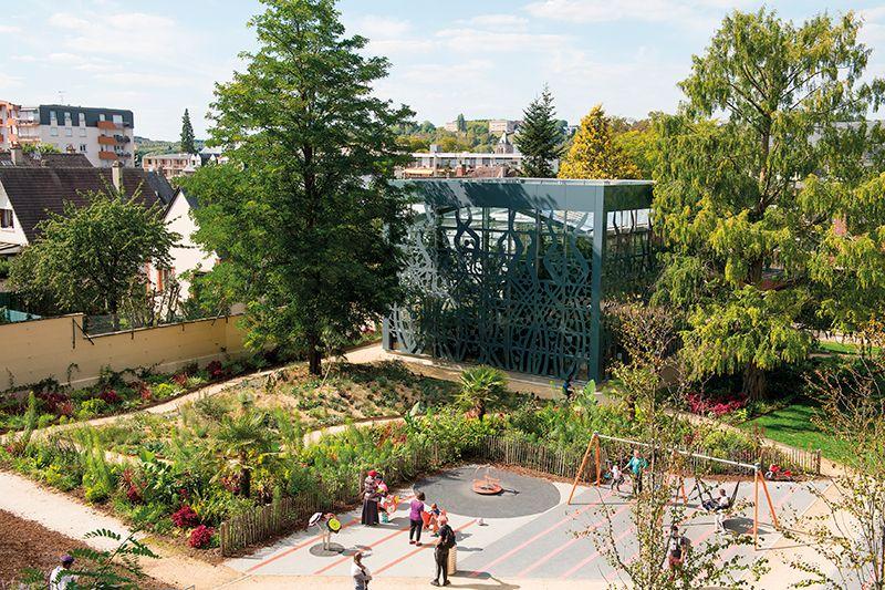 Vue en hauteur de la serre et aire de jeux dans le jardin botanique