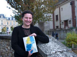 "Julie Michalowicz tenant son livre ""Promesse"""
