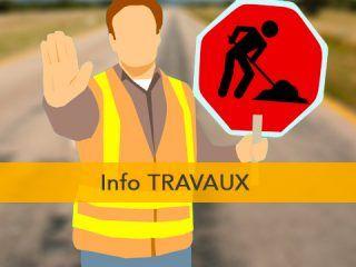 Ouvrier qui tient un panneau de chantier et bloque le passage