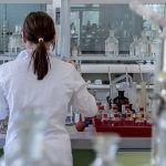 Photo d'un laboratoire avec une chercheuse